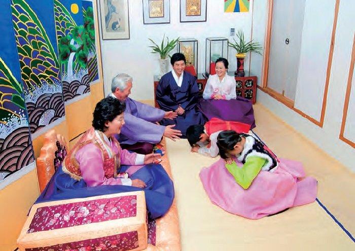Koreanische Familie beim Feiern